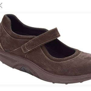 NWOT Aetrex bodyworks classic brown Mary Janes